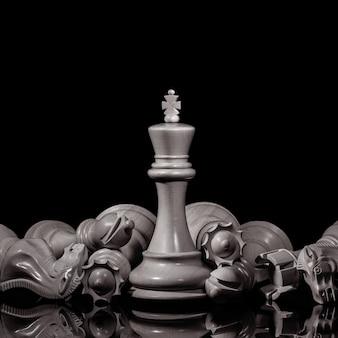 Rei e cavaleiro de xadrez preto e branco em fundo escuro. conceito de líder e trabalho em equipe para o sucesso. o conceito de xadrez salva o rei e salva a estratégia.