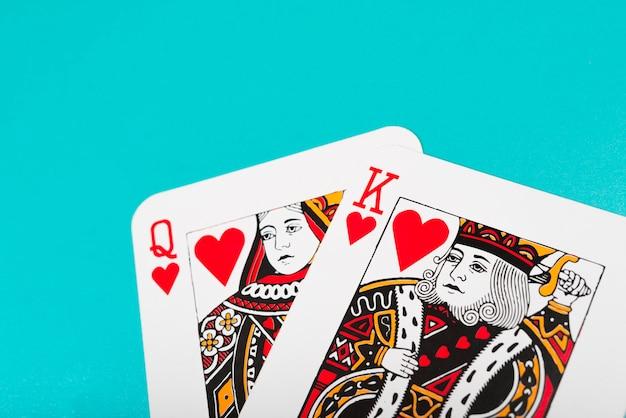 Rei e rainha dos corações jogando cartas