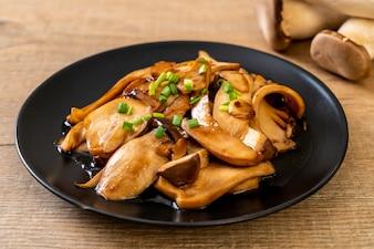 Rei frito cogumelo-ostra em molho de ostra