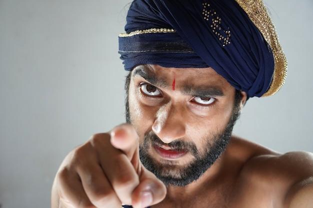 Rei indiano dizendo que você é responsável - homem indiano no teatro agindo como um rei