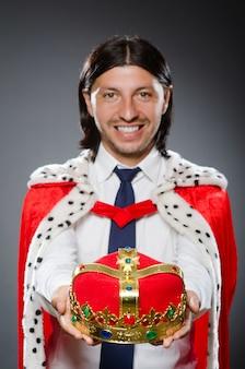 Rei jovem empresário no conceito real