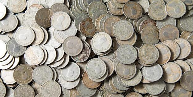 Rei rama 9. moeda baht da tailândia. dinheiro tailandês. fundo de banner panorama de moedas de prata