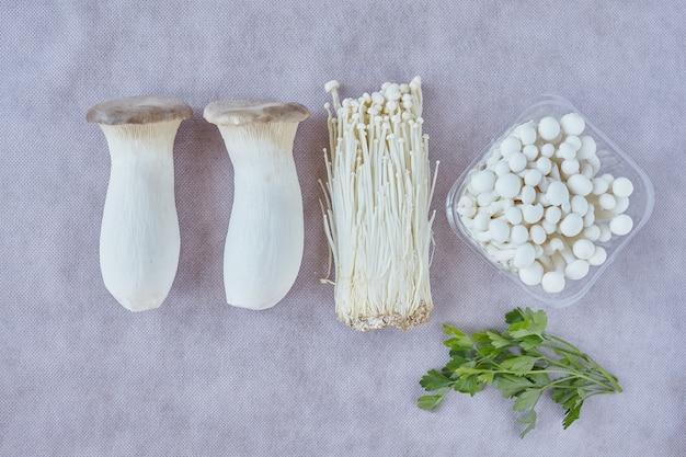 Rei trompete, enoki e cogumelos shimeji