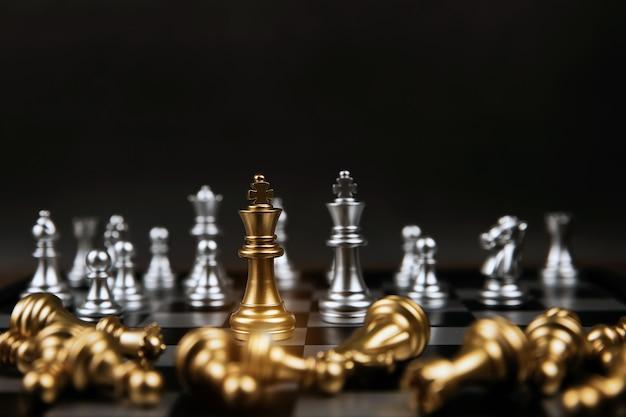 Rei xadrez dourado que saiu da linha no tabuleiro de xadrez