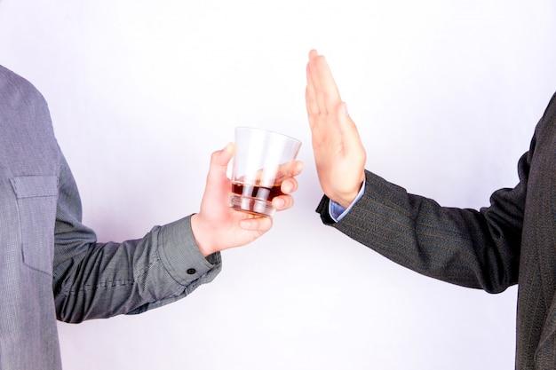 Rejeitar o copo de uísque
