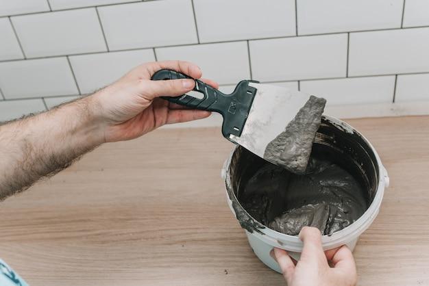 Rejuntamento de azulejos na cozinha. reparar. porco de telha