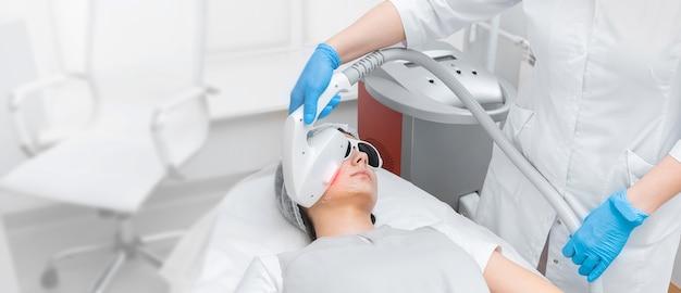 Rejuvenescimento elos e remoção de manchas senis no rosto de uma jovem
