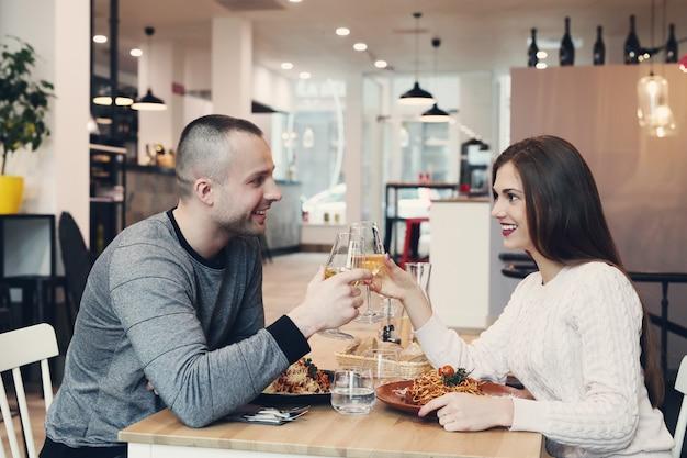 Relação. casal adorável no café
