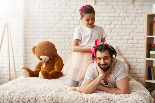 Relação familiar. infância feliz. atividade de fim de semana.