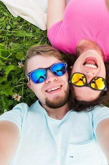 Relacionamento de viagens e conceito de pessoas lindo casal adorável tomando selfie top