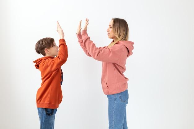 Relacionamento, dia das mães, filhos e conceito de família - mãe e filho vestidos de moletom, alta