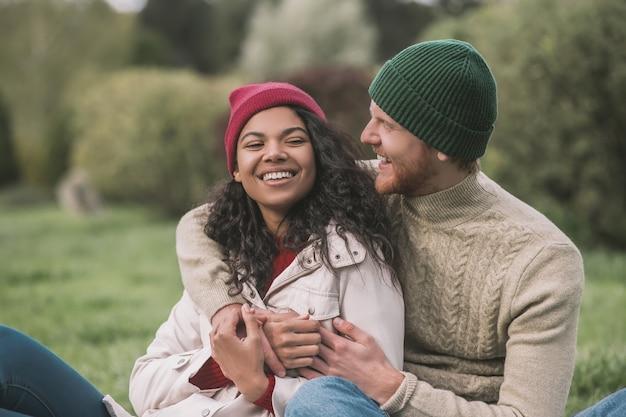 Relacionamentos felizes. um homem abraçando a namorada dela durante o encontro
