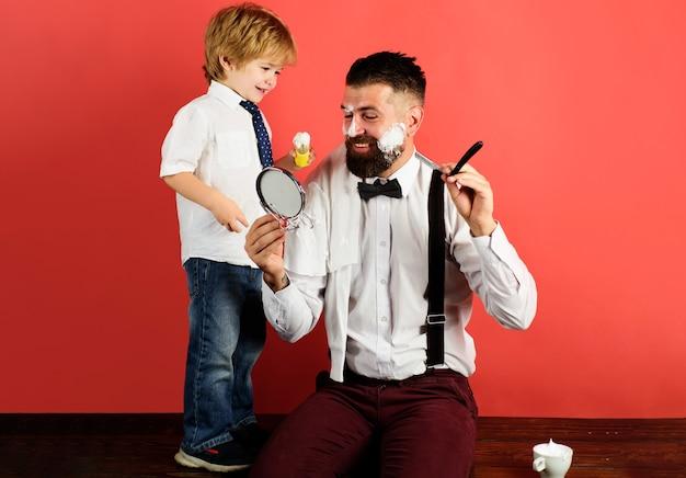 Relações familiares. barbearia. assistente para o pai. conceito do dia dos pais. estilo de vida do filho e do pai. barbeiro personal stylist.