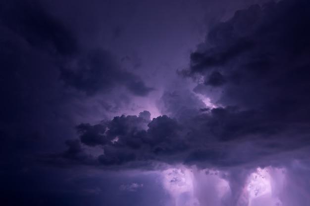 Relâmpago e nuvens de chuva à noite
