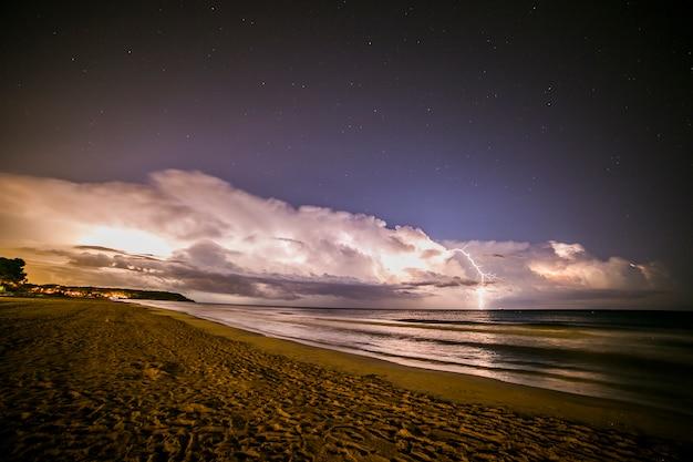 Relâmpago na praia de platja llarga, tarragona, espanha