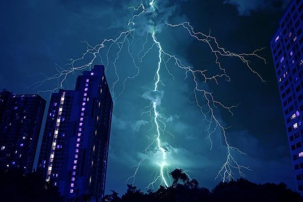 Relâmpago real incrível atingindo o céu noturno na cor azul mística