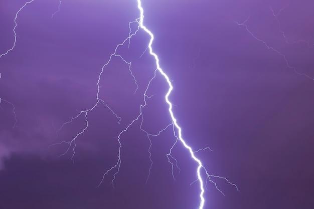 Relâmpagos brilhantes naturais no céu tempestuoso escuro como plano de fundo