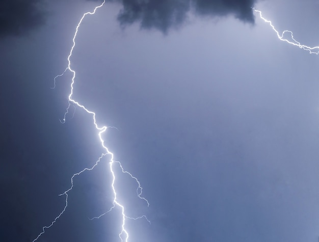 Relâmpagos e raios em uma tempestade de verão
