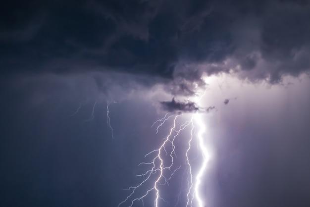 Relâmpagos e trovões atingem a tempestade de verão