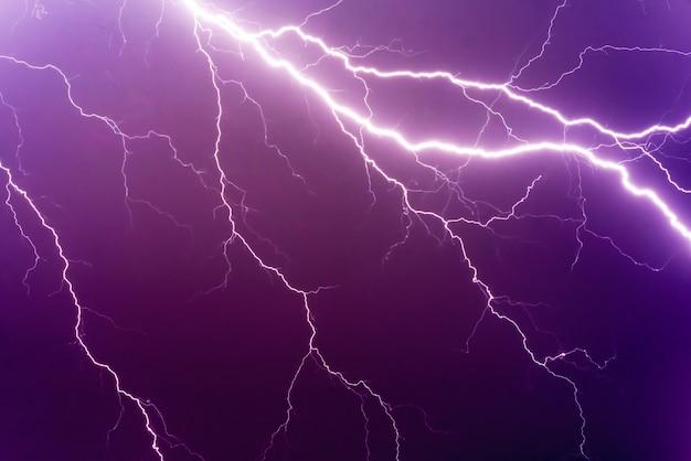 Relâmpagos e trovões fortes na tempestade de verão