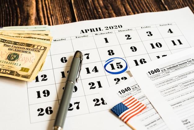 Relatado em um calendário no dia do pagamento do imposto com o formulário 1040