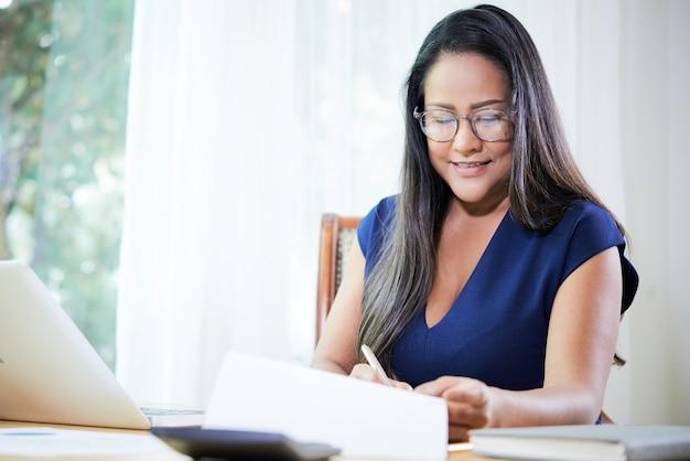 Relatório de assinatura de empresária elegante