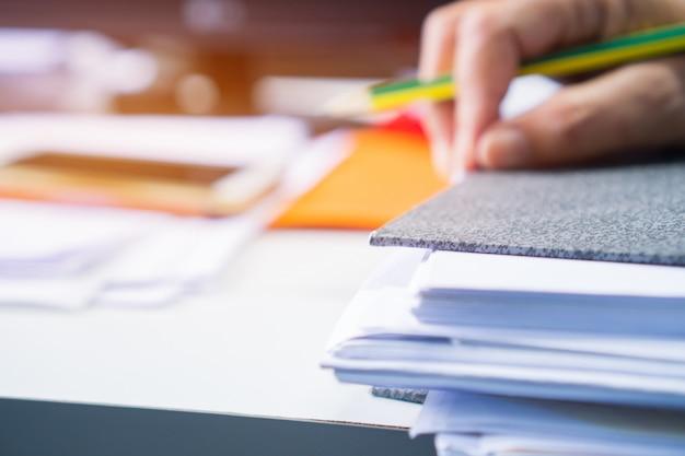 Relatório de documento e negócios ocupados conceito: mãos de empresário asiáticos trabalhando no documento