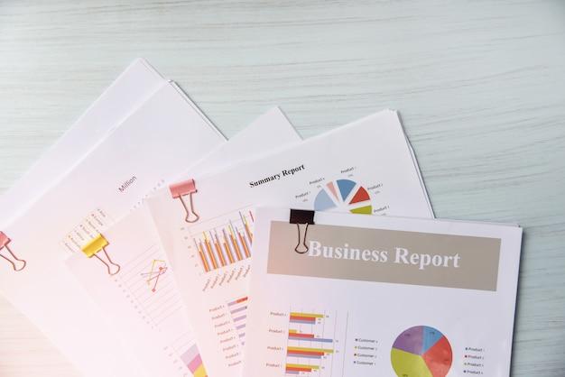 Relatório de documento em papel apresentar gráfico de relatório financeiro e de negócios