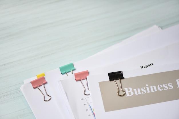 Relatório de documento em papel presente financeiro com clipe de papel e relatório de negócios
