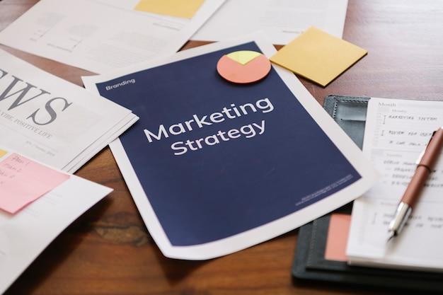 Relatório de estratégia de marketing em uma mesa