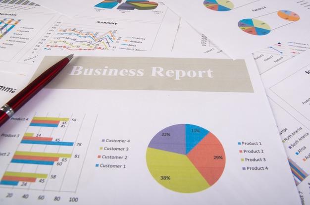 Relatório de negócios. gráficos e gráficos. relatórios de negócios e pilha de documentos. conceito de negócios.