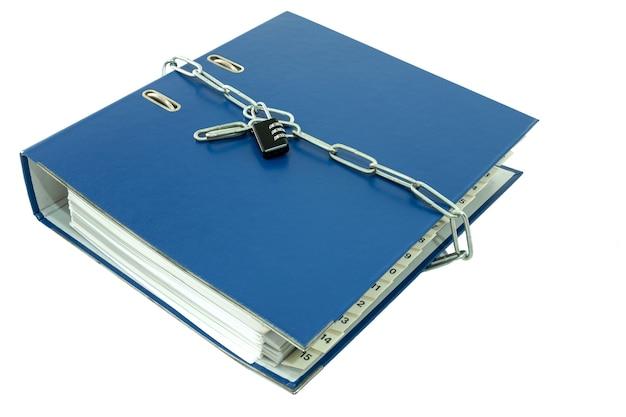 Relatório de pastas de arquivo sobre a mesa bloqueada com chaveiro.