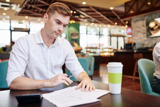 Relatório de verificação de jovem empresário