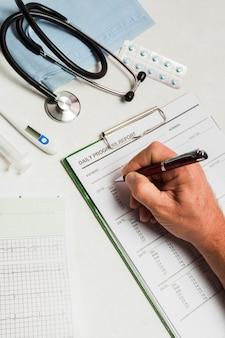 Relatório médico com equipamento médico