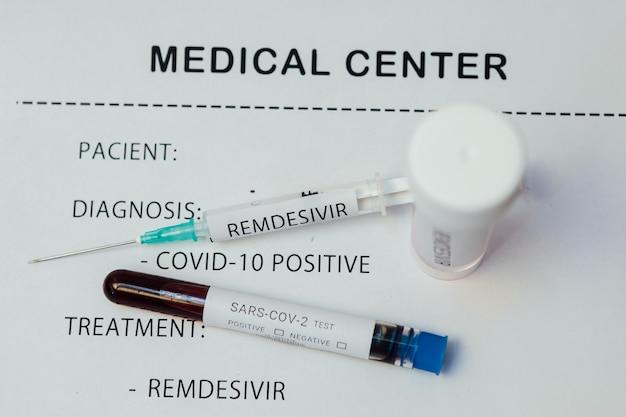 Relatório médico com tratamento com remdesivir, exame de sangue covid-19 e injeção