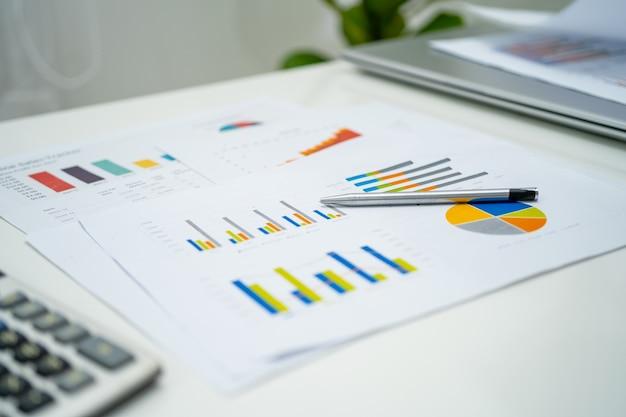 Relatórios financeiros do gráfico gráfico projetam contabilidade no conceito moderno de escritório, finanças e negócios.