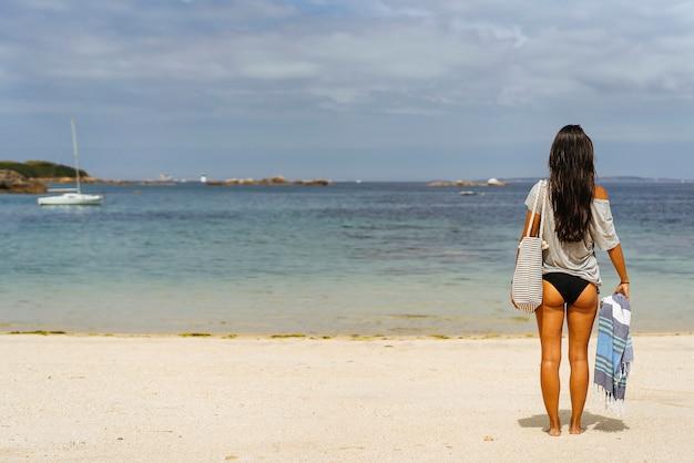 Relaxamento da mulher na praia, copie o espaço