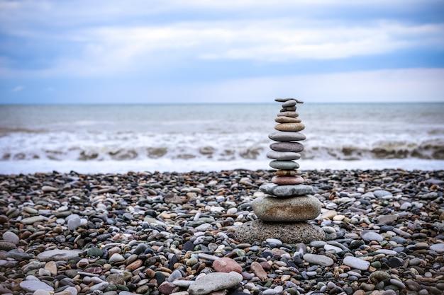 Relaxamento no mar. pilha de pedras na praia - natureza pedra cairn, pedras e pedras