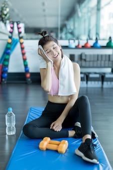 Relaxando após o treino no ginásio