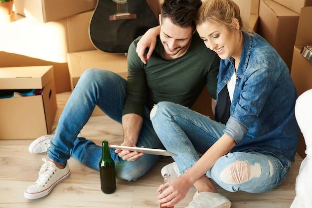 Relaxando com um tablet digital e cervejas