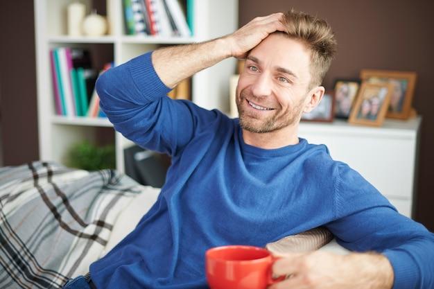 Relaxando em casa com uma xícara de um bom café