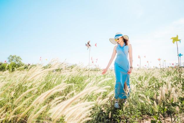 Relaxando em um prado no sol do verão, tempo de mola.