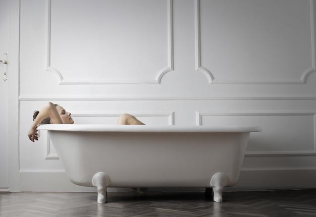 Relaxando em uma banheira