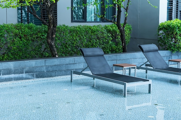 Relaxante cama de piscina ao lado da piscina.