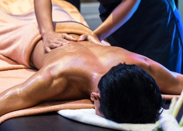 Relaxante com massagem de mão no spa de beleza, massagem de mão no salão spa