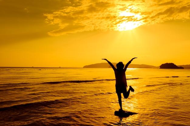 Relaxar mulher pulando mar na praia