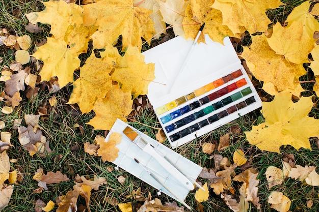 Relaxe a mulher que pinta a obra de arte da cor de água na natureza da floresta do jardim do outono