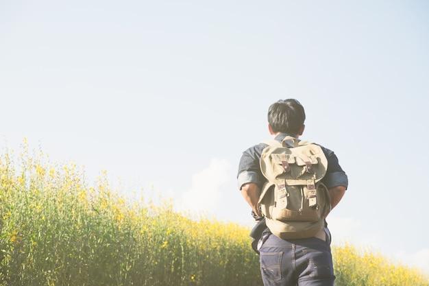 Relaxe aventura e estilo de vida caminhando conceito de idéia de viagem.