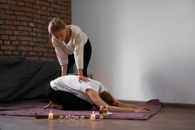 Relaxe e aproveite no salão spa, recebendo massagem tailandesa por massagista profissional.