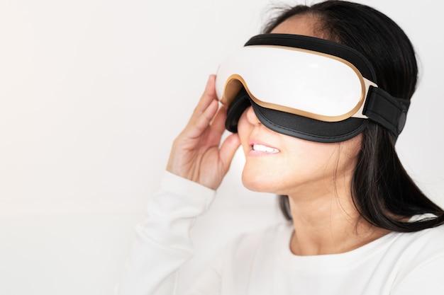 Relaxe e massageie a máquina de massagem de olho elétrico em mulheres